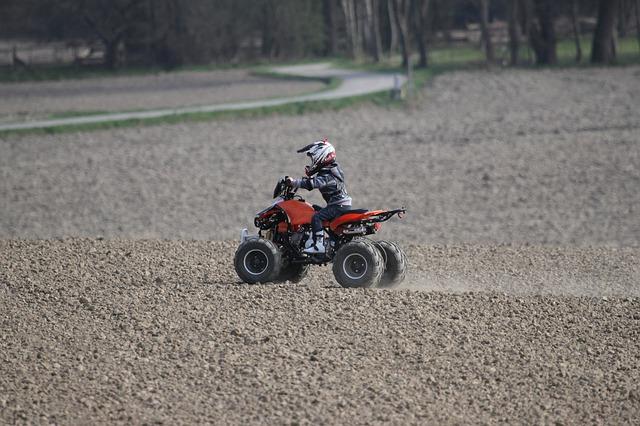 Entre la moto électrique enfant et le mini quad, que choisir ?